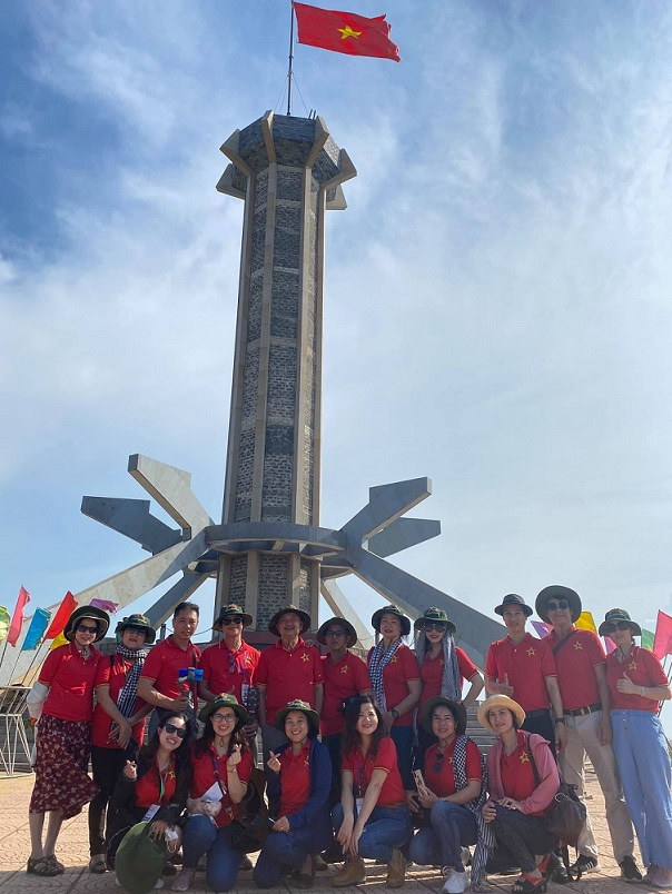 Hội Du lịch Cộng Đồng Việt Nam đến thăm Cồn Cỏ trong những ngày giữa tháng 4