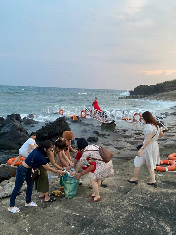 Anh em Du lịch Cộng đồng Việt Nam tham gia thu gom rác ở Cồn Cỏ