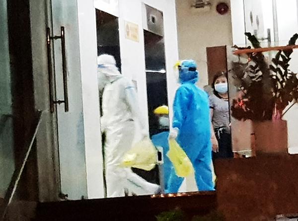 Lực lượng y tế tiến hành xử lý khử khuẩn tại khách sạn Phú An ngay từ chiều tối 3/5