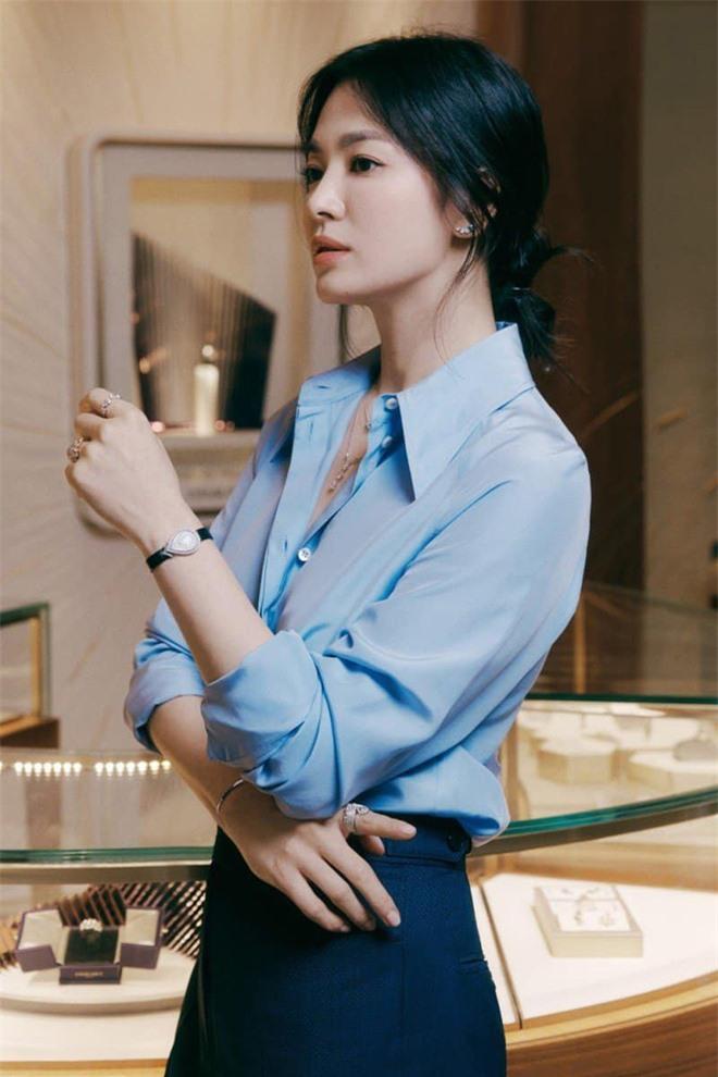 Nửa đêm, Song Hye Kyo đánh úp dân tình với bộ ảnh đẹp muốn xỉu: Diện sơ mi đơn giản mà sang hết nấc, gương mặt cực phẩm xinh hút hồn - Ảnh 3.