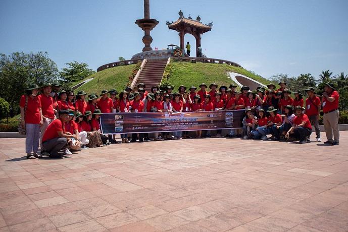 Trước dịp 30-4 đoàn của Hội Du lịch Cộng đồng Việt Nam về thắp hương và tưởng niệm các anh hùng của thành cổ Quảng Trị