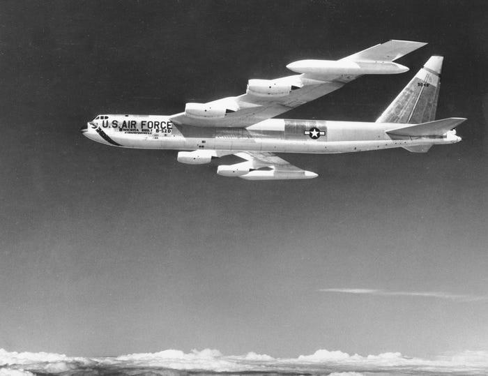 Một máy bay ném bom B-52 của Không quân Mỹ năm 1957. Ảnh AP