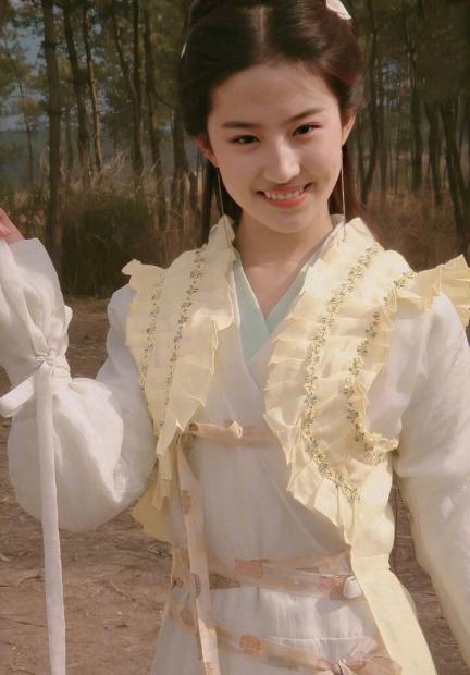 Lưu Diệc Phi trẻ trung và tinh nghịch trong tạo hình cổ trang khi vào vai Triệu Linh Nhi trong Tiên Kiếm Kỳ Hiệp.