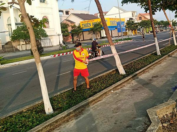BQL Bán đảo Sơn Trà và các bãi biển du lịch Đà Nẵng triển khai giăng hàng rào tạm dừng hoạt động tắm biển trên hai tuyến biển du lịch chính của TP là tuyến Hoàng Sa - Võ Nguyên Giáp - Trường Sa và tuyến Nguyễn Tất Thành