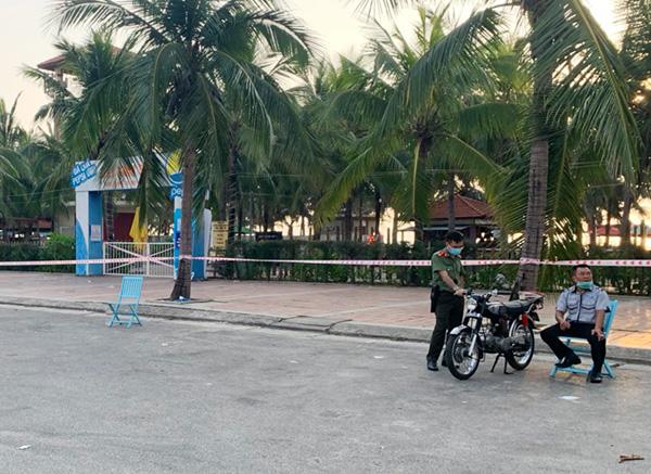 Lực lượng bảo vệ dduwwocj bố trí tại các chốt để nhắn nhở người dân, du khách chấp hành lệnh tạm thời cấm biển