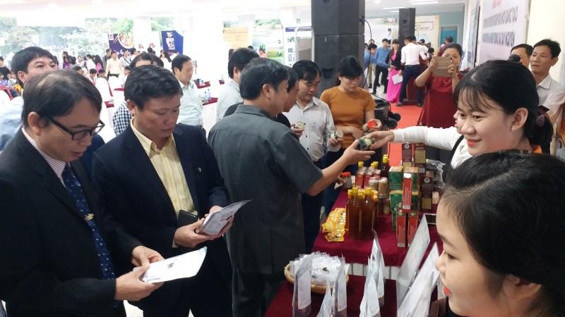 Đại biểu tham quan các sản phẩm khởi nghiệp của tỉnh Thừa Thiên Huế.