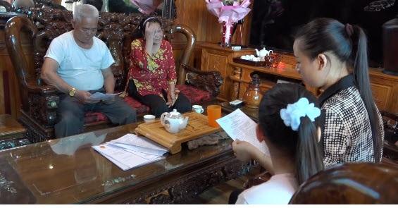 Gia đình tử tù Nguyễn Chí Huân trao đổi với phóng viên. Gia đình tử tù Nguyễn Chí Huân trao đổi với phóng viên.