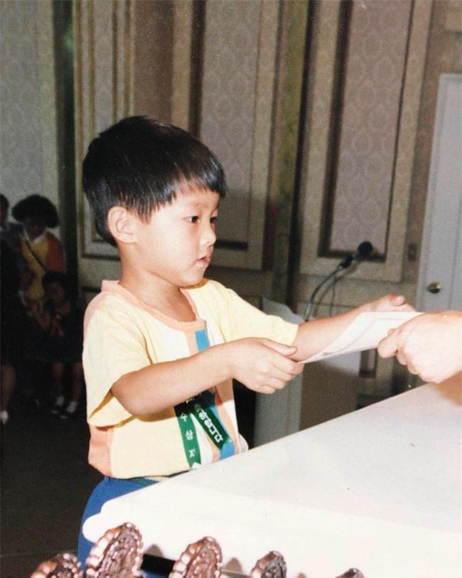 """Bức ảnh hiếm hoi ngày bé chưa từng được công bố của Song Joong Ki, nhìn thấy mà """"cưng xỉu""""  - Ảnh 2."""