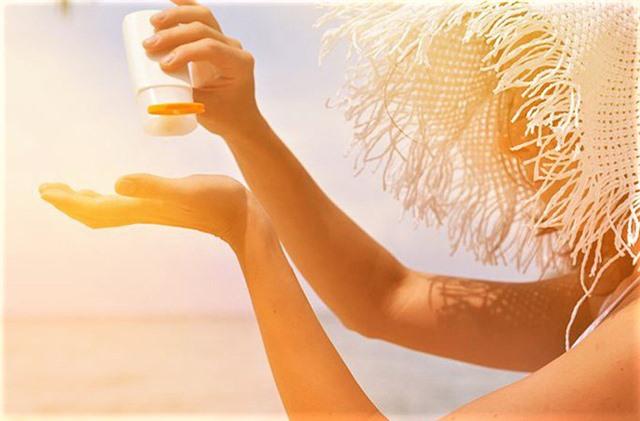 Chuyên gia khuyến cáo kem chống nắng chẳng thể thiếu trong ngày hè nhưng quên những điều này da dễ sạm nám - Ảnh 2.