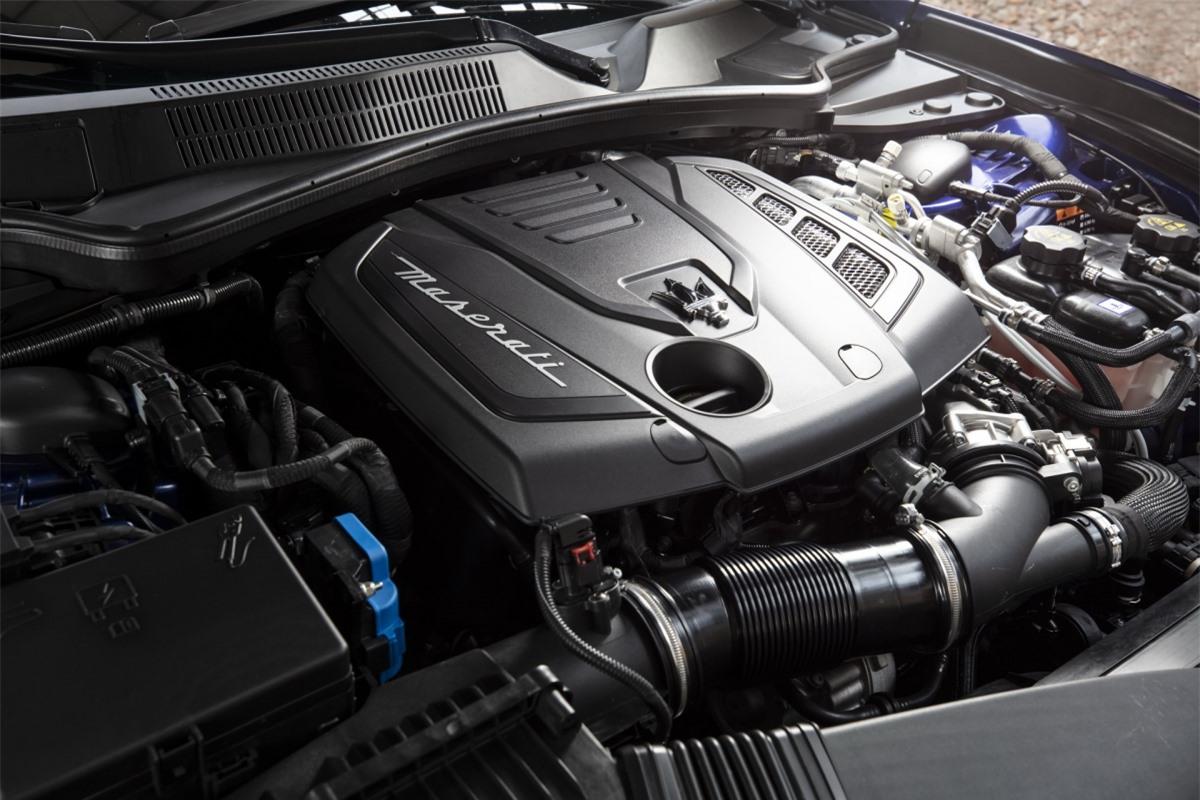Sức mạnh của chiếc xe điện đến từ khối động cơ tăng áp 4 xi lanh dung tích 2.0 L được hỗ trợ bởi một máy phát điện 48V, bộ siêu nạp điện và bộ pin được gắn ở đằng sau. Công suất và mô men xoắn cực đại sản sinh ở mức 330 mã lực và mô men xoắn 450 Nm.