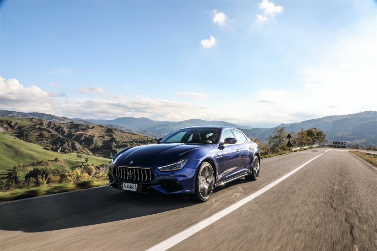Xe được trang bị hộp số tự động 8 cấp và dẫn động cầu sau. Sức mạnh này giúp xe có thể tăng tốc từ 0-100 km/h trong 5,7 giây trước khi đạt đến vận tốc tối đa 255 km/h.