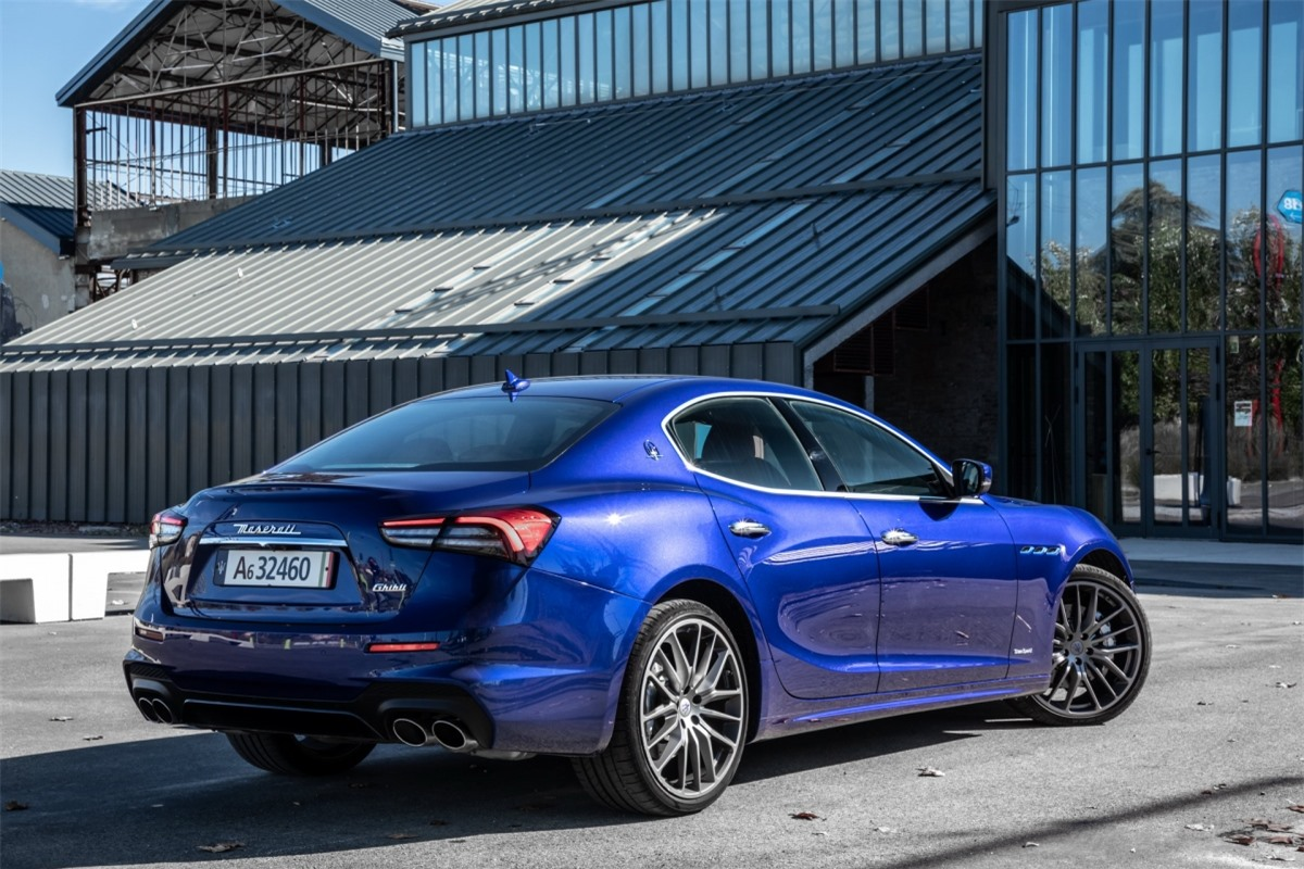 Những điểm nhấn màu xanh trên 3 ống dẫn khí bên, cột C và kẹp phanh, một điểm đặc điểm nổi bật trên toàn bộ dòng xe điện của Maserati.