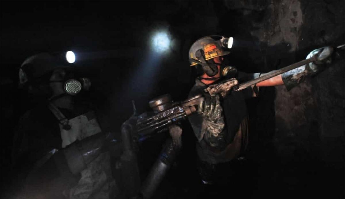 """Năm 2010, một nhóm 33 thợ mỏ Chile đã mắc kẹt khi mỏ San José sập xuống. Sau khi mắc kẹt trong 69 ngày, những người thợ mỏ đã được giải cứu thành công. Hơn 1 tỷ người trên thế giới đã theo dõi cuộc giải cứu trên và sự việc này sau đó đã được dựng thành phim """"The 33""""."""