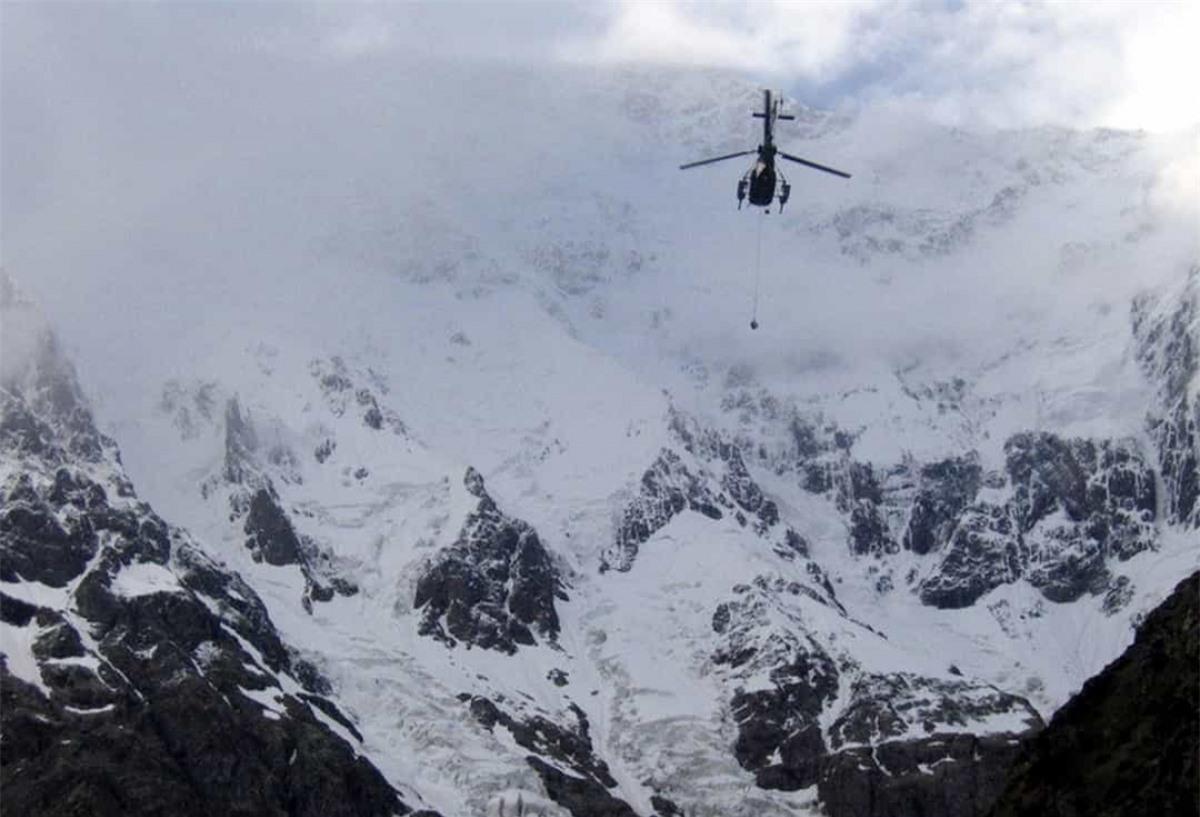 Tháng 4/2010, một cuộc giải cứu quy mô đã diễn ra trên đỉnh Annapurna (đỉnh núi cao thứ 10 thế giới) sau khi 3 nhà leo núi Tây Ban Nha bị mắc kẹt ở độ cao 6.950 mét. Những người leo núi này đã được đưa tới nơi an toàn bằng máy bay sau khi phi cơ trưởng Daniel Aufdenblatten thả một sợi dây dài từ trực thăng và hướng dẫn Richard Lehner treo mình vào sợi dây này để giúp những người leo núi ở dưới.