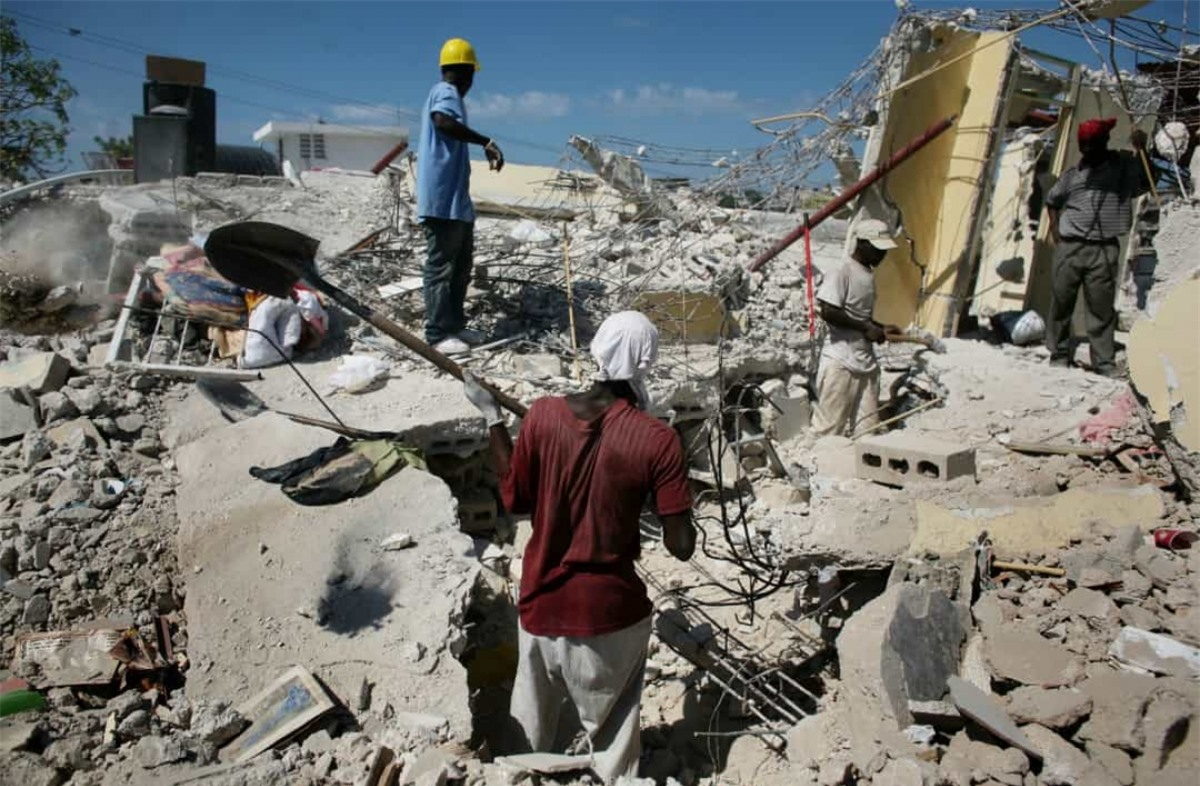 Trận động đất có cường độ là 7 đã tấn công Haiti năm 2010, tàn phá thủ đô Port-au-Prince và ảnh hưởng đến cuộc sống của hàng triệu người. Một trong những chiến dịch giải cứu khó tin nhất đã diễn ra 15 ngày sau trận động đất. Sau khi một người đàn ông nghe thấy tiếng rên trong đống đổ nát, những nhân viên cứu hộ đã đào một con hào cho tới khi họ phát hiện một cô bé 16 tuổi tên là Darlene Etiene mắc kẹt dưới một tấm kim loại.