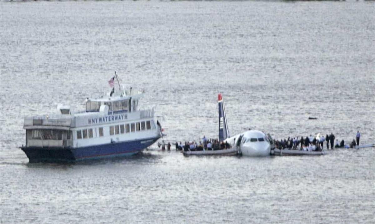 """Được coi là một trong những lần hạ cánh trên mặt nước thành công nhất trong lịch sử, cơ trưởng Chesley Burnett """"Sully"""" Sullenberger đã hạ cánh trên sông Hudson với 150 người trên máy bay. Cuộc hạ cánh khó tin này xảy ra chỉ một vài phút sau khi máy bay cất cánh từ Sân bay LaGuardia ở New York và va vào một đàn ngỗng. Mọi người trên máy bay đều an toàn và sự kiện này đã được khắc họa trong bộ phim Sully do Tom Hanks thủ vai."""