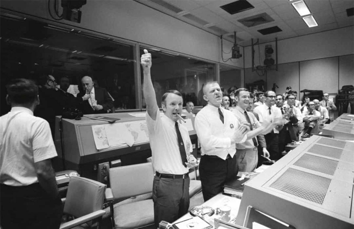 """""""Houston, chúng tôi gặp vấn đề ở đây"""", đó là những gì phi hành gia John """"Jack"""" Swigert đã trao đổi với Trung tâm Kiểm soát Sứ mệnh của NASA sau khi phi hành đoàn Apollo 13 nghe thấy một tiếng nổ. Tháng 4/1970, nhiệm vụ đáp xuống Mặt Trăng của tàu Apollo 13 đã bị hủy do sự cố nổ bình oxy và phải tìm cách quay trở về Trái Đất. Các phi hành gia đã sửa chữa tạm thời hệ thống loại bỏ carbon và hạ cánh an toàn ở Nam Thái Bình Dương."""