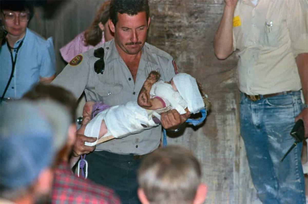 Sau khi cô bé 18 tháng tuổi Jessica McClure rơi xuống giềng trong sân nhà người dì vào ngày 14/10/1987, trong 58 giờ sau đó, các nhân viên cứu hộ đã khoan 1 đường hầm xuyên qua giếng để giải cứu cô bé. Toàn bộ quá trình này đã được tường thuật trực tiếp trên CNN với hàng triệu người trên khắp nước Mỹ theo dõi.