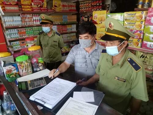 Cục QLTT Hà Tĩnh tuyên truyền vận động Hộ kinh doanh ký cam kết tuân thủ qui định pháp luật về hàng hóa