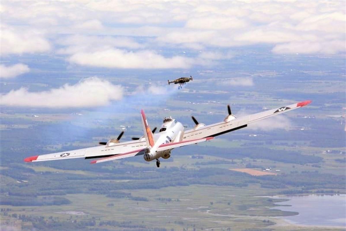 Một người sử dụng thiết bị bay phản lực cá nhân phía bay trước chiếc máy bay; Nguồn: naukatehnika.com