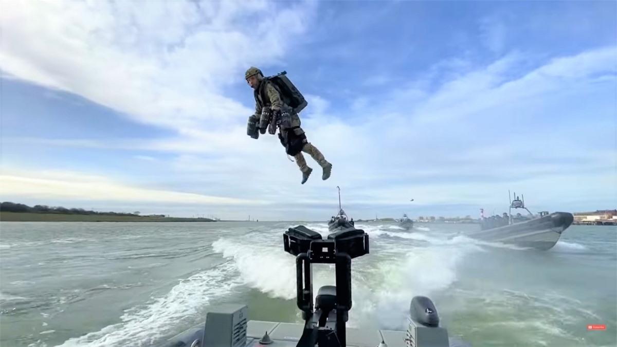"""Trong một cuộc diễn tập, binh sĩ Hà Lan dùng thiết bị bay phản lực cá nhân đã nhanh hơn, đổ bộ xuống tàu """"địch"""" trước các binh sĩ đổ bộ từ trực thăng và xuồng cao tốc; Nguồn: naukatehnika.com"""