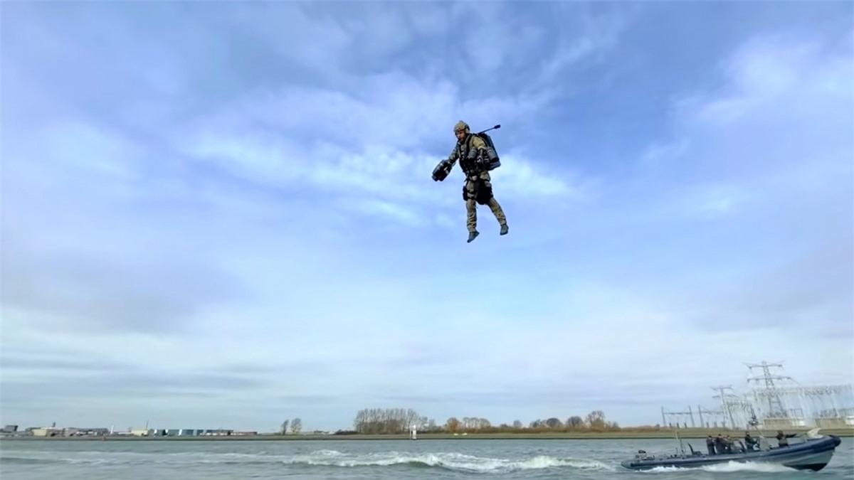 Dù còn một số khiếm khuyết cần khắc phục, các chuyên gia tin các thiết bị bay phản lực cá nhân có nhiều hứa hẹn ứng dụng trong lĩnh vực an ninh - quốc phòng; Nguồn: naukatehnika.com