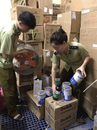 Đoàn kiểm tra phát hiện trên xe ô tô tải vận chuyển 350 hộp sữa bột Made in Australia và 202 hộp nước nhựa 3D; 210 hộp nhựa in; 15 cái quạt công nghiệp (Made in China)
