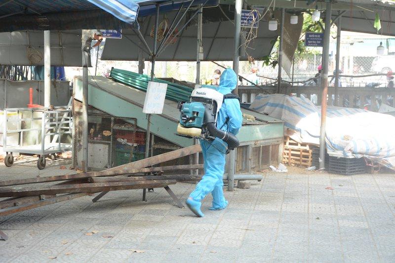 Phun khử khuẩn toàn bộ khu vực chợ Phước Mỹ