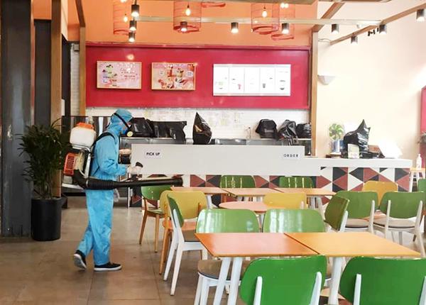 Lực lượng chức năng TP Đà Nẵng phun thuốc khử khuẩn tại quán Thính sau khi BN2989 từng đến đây uống trà sữa