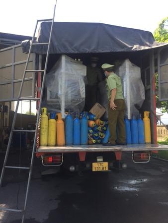 """Khám xét xe tải chở đầy bình nén chứa khí N20 """"Khí cười"""" độc hại"""