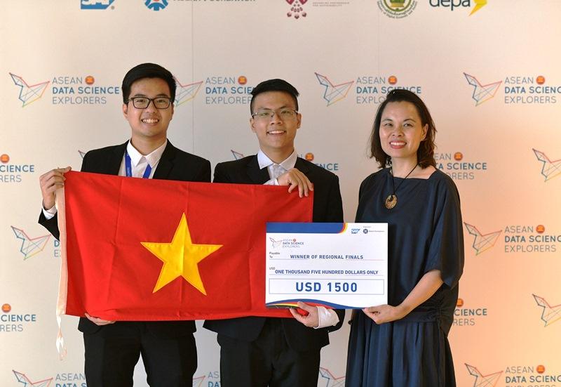Trung và đồng đội đã chiến thắng tại vòng khu vực của cuộc thi Khám phá Khoa học Dữ liệu ASEAN năm 2019 nhờ ý tưởng triển khai chiến lược 10 năm trên quy mô toàn khu vực nhằm đem lại cơ hội học tập trực tuyến và bình đẳng kinh tế-xã hội cho các cộng đồng dân tộc thiểu số.