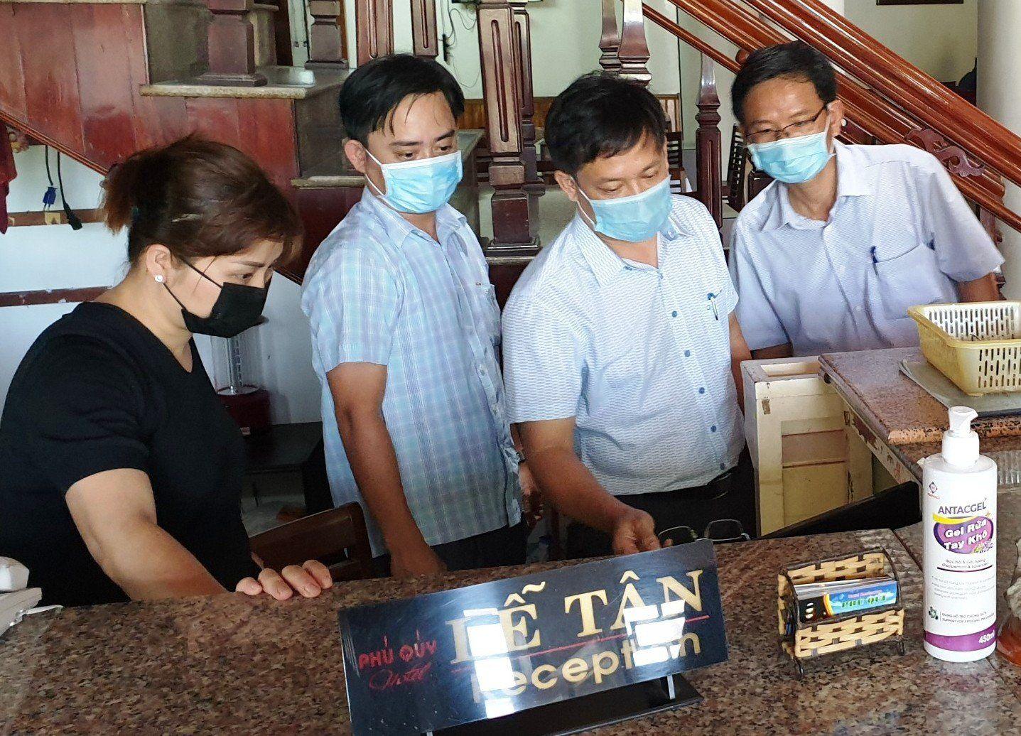 Phó Chủ tịch UBND tỉnh Thừa Thiên Huế Nguyễn Thanh Bình kiểm tra việc khai báo y tế tại khách sạn Phú Quý ở thị trấn Lăng Cô, huyện Phú Lộc.