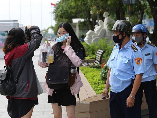 Lực lượng chức năng ra quân nhắc nhở và xử phạt các trường hợp không đeo khẩu trang nơi công cộng.