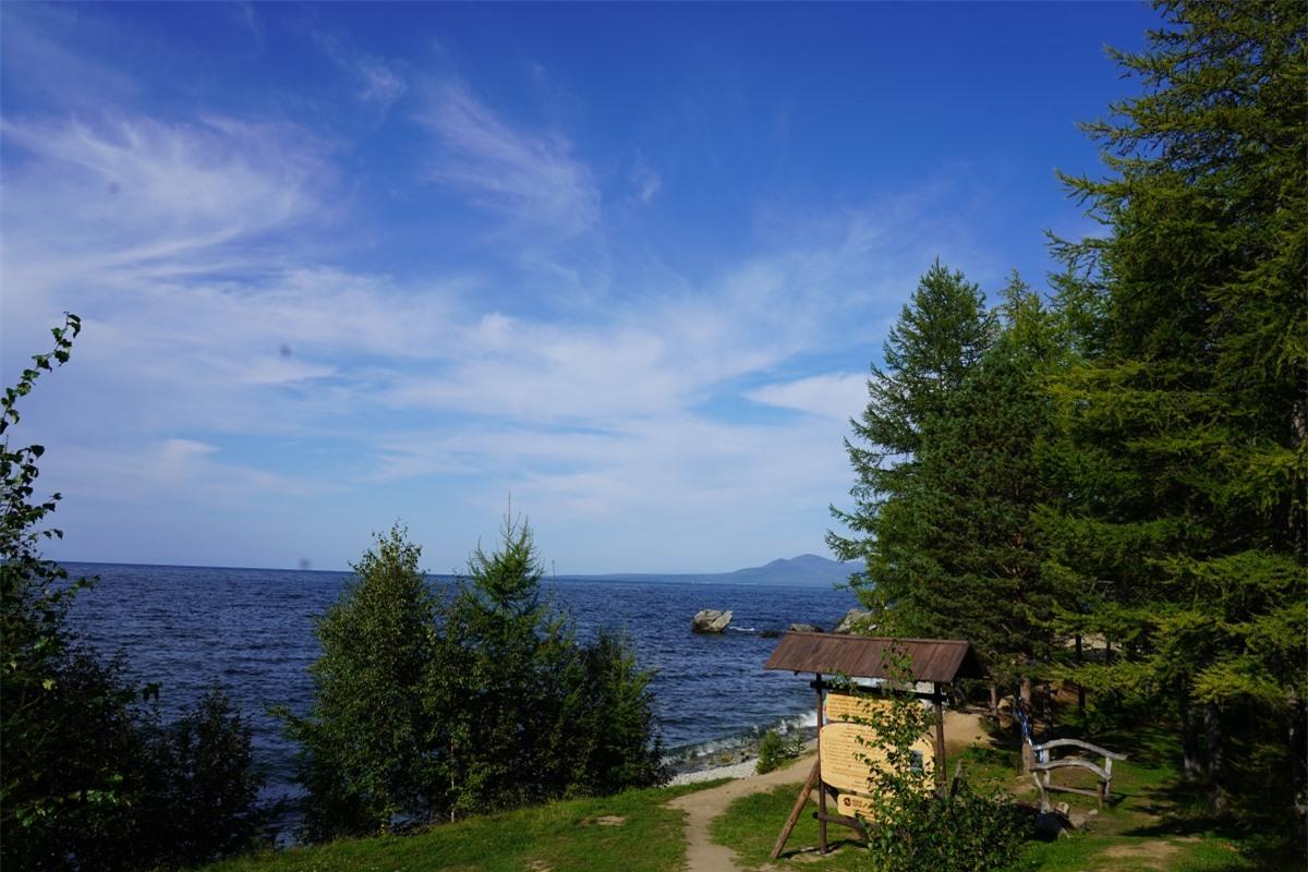 Hồ Baikal thấp thoáng những lùm cây trên bờ