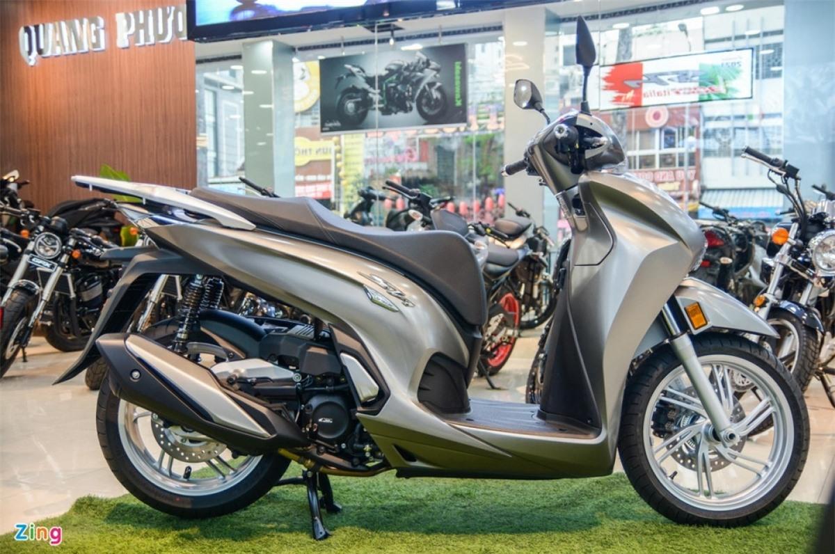 Tại Việt Nam, Honda SH 350i là đối thủ trực tiếp của Vespa GTS Super Tech 300 HPE (155 triệu đồng), Sei Giorni II (199 triệu đồng) và 946 (405 triệu đồng) trong nhóm xe ga phân khối lớn hạng sang.