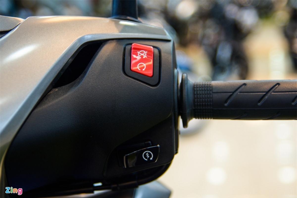 Tương tự những mẫu xe sau này của Honda, SH 350i đã không còn công tắc đèn chiếu sáng, đồng nghĩa với việc đèn luôn trong trạng thái bật khi người lái khởi động xe.