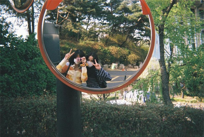 Lisa tung loạt ảnh vi vu đảo Jeju cùng Jisoo, ảnh phim kiểm chứng body và nhan sắc đời thực của 2 mỹ nhân BLACKPINK - Ảnh 6.