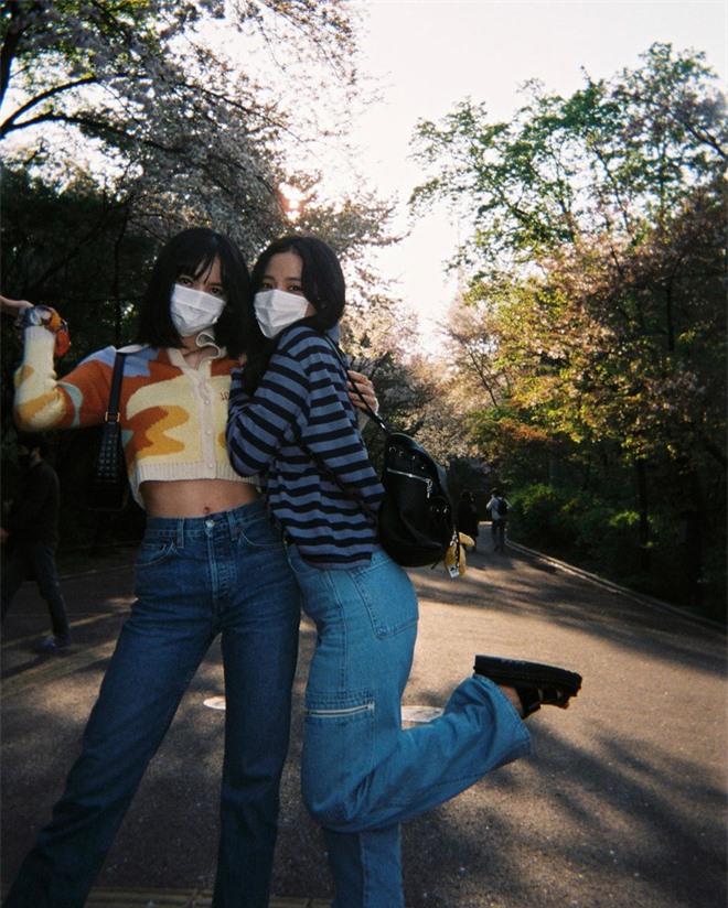 Lisa tung loạt ảnh vi vu đảo Jeju cùng Jisoo, ảnh phim kiểm chứng body và nhan sắc đời thực của 2 mỹ nhân BLACKPINK - Ảnh 8.