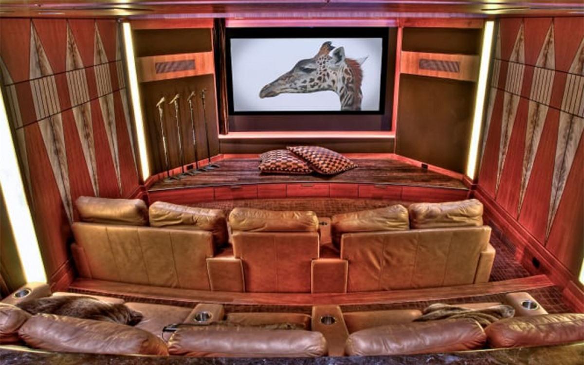 Căn nhà có hàng loạt các tiện nghi giải trí, trong đó có cả rạp chiếu phim mini.
