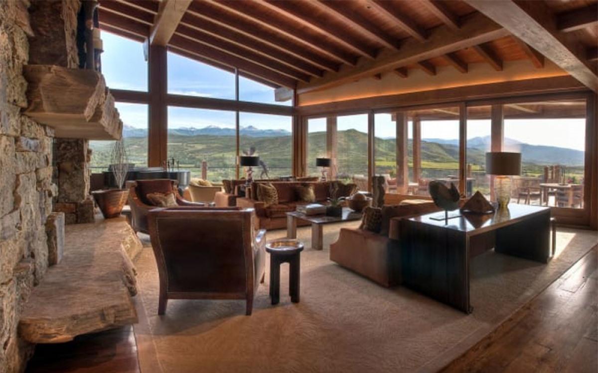 Diện tích căn nhà khoảng 1.300m2. Ngôi nhà mang nét quý tộc sang trọng với nhiều nội thất bằng gỗ và đá.
