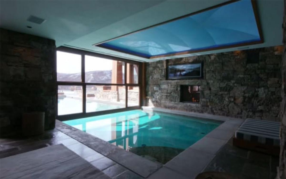 Bên trong nhà có cả hồ bơi.