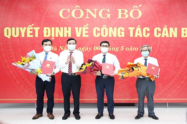 Chủ tịch UBND TP Đà Nẵng Lê Trung Chinh (thứ hai, bên trái vào) bổ nhiệm ông Phùng Phú Phong (thứ hai, bên phải vào) giữ chức Giám đốc Sở Xây dựng; ông Trần Văn Hoàng (bìa phải) và ông Đinh Thế Vinh (bìa trái) làm Phó Giám đốc Sở Xây dựng Đà Nẵng