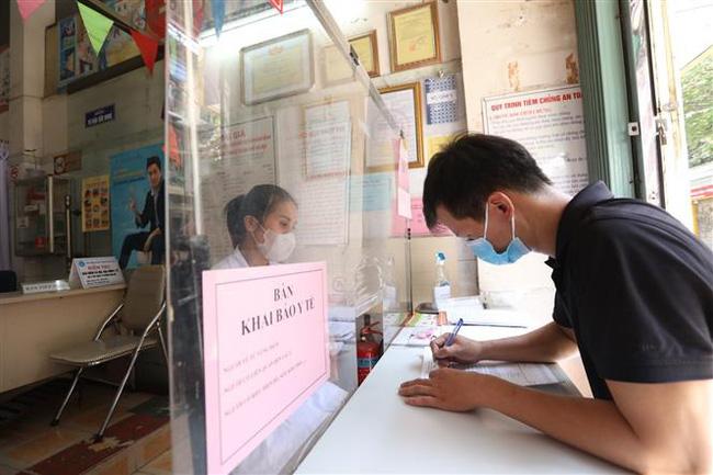 Người dân đi du lịch dịp lễ 30/4, 01/5 đến khai báo y tế tại Trung tâm y tế phường Hàng Đào, quận Hoàn Kiếm. Ảnh: TTXVN.
