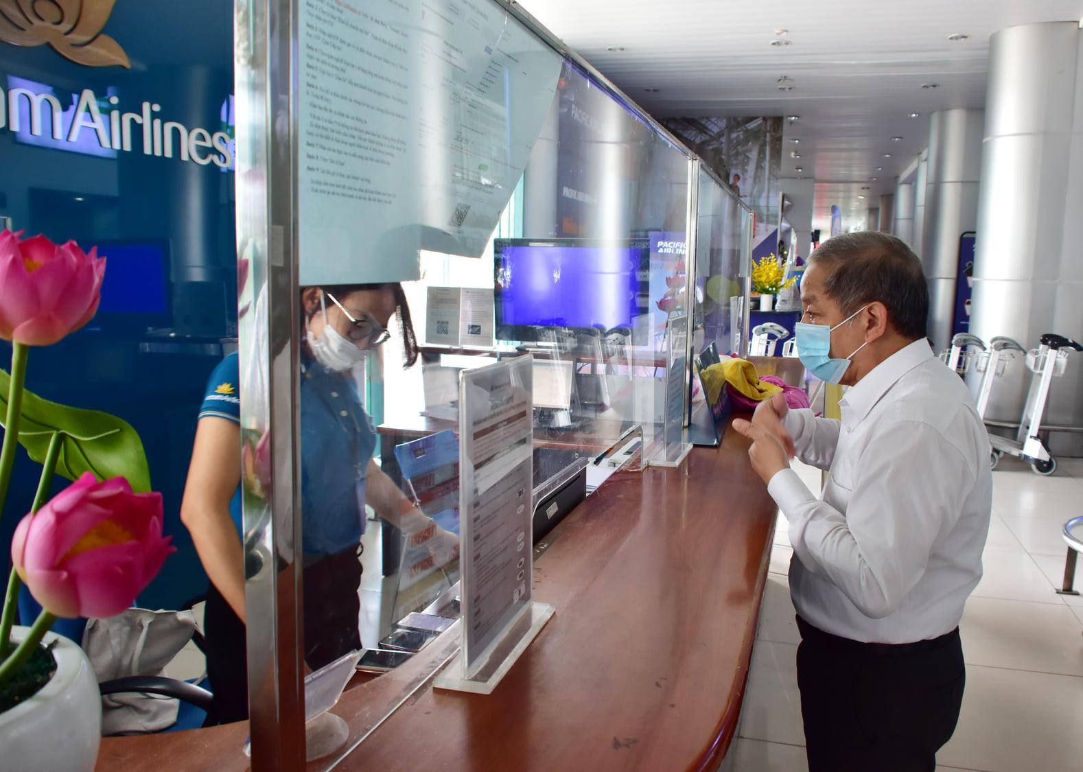 Chủ tịch UBND tỉnh Thừa Thiên Huế Phan Ngọc Thọ kiểm tra công tác phòng chống dịch tại Sân bay Phú Bài.