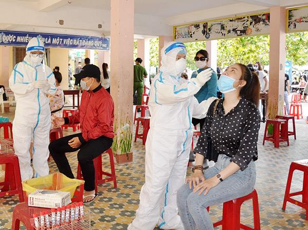 Trung tâm Y tế quận Sơn Trà lấy mẫu xét nghiệm COVID-19 cho 500 người là nhân viên các vũ trường, quán bar, karaoke, massage... trên địa bàn