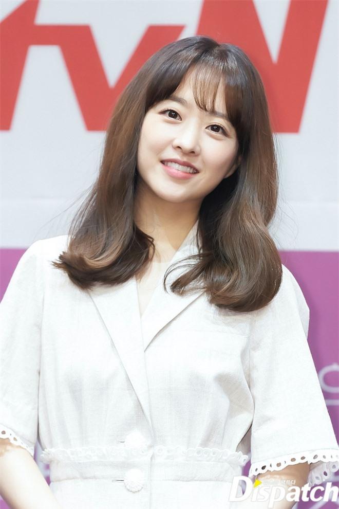 Park Bo Young như mà cà rồng trẻ mãi không già, biến thành tí hon lọt thỏm giữa tài tử Reply 1997, nữ phụ 1m74 và dàn nam thần - Ảnh 2.