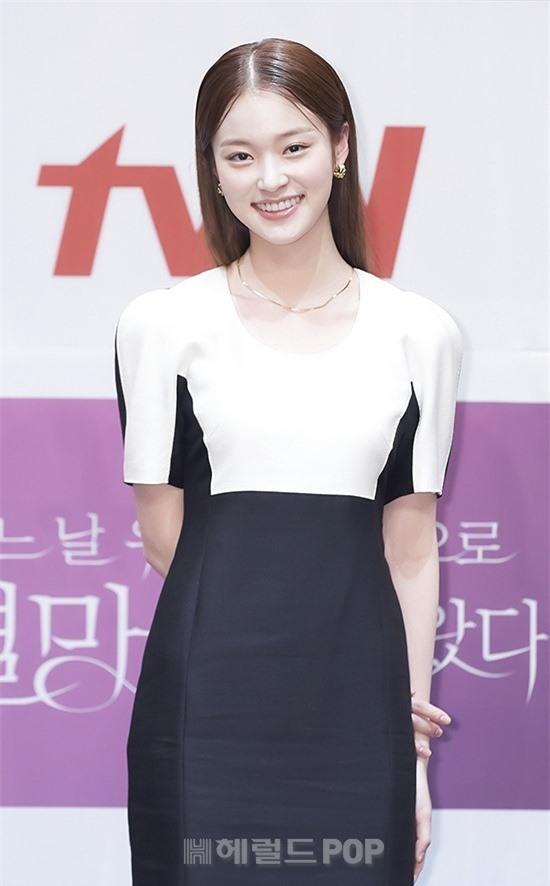 Park Bo Young như mà cà rồng trẻ mãi không già, biến thành tí hon lọt thỏm giữa tài tử Reply 1997, nữ phụ 1m74 và dàn nam thần - Ảnh 11.