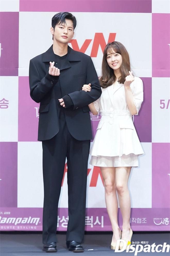 Park Bo Young như mà cà rồng trẻ mãi không già, biến thành tí hon lọt thỏm giữa tài tử Reply 1997, nữ phụ 1m74 và dàn nam thần - Ảnh 5.