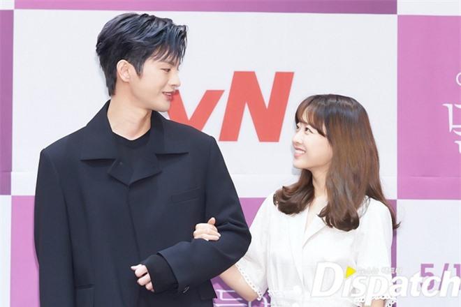 Park Bo Young như mà cà rồng trẻ mãi không già, biến thành tí hon lọt thỏm giữa tài tử Reply 1997, nữ phụ 1m74 và dàn nam thần - Ảnh 6.