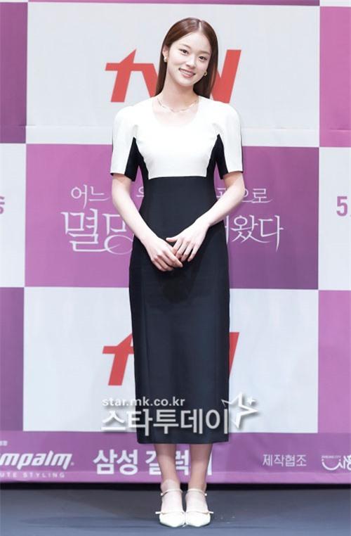 Park Bo Young như mà cà rồng trẻ mãi không già, biến thành tí hon lọt thỏm giữa tài tử Reply 1997, nữ phụ 1m74 và dàn nam thần - Ảnh 10.